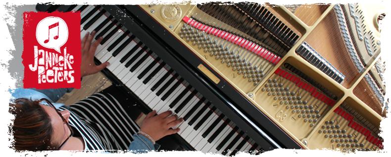 Foto van Janneke achter haar piano.